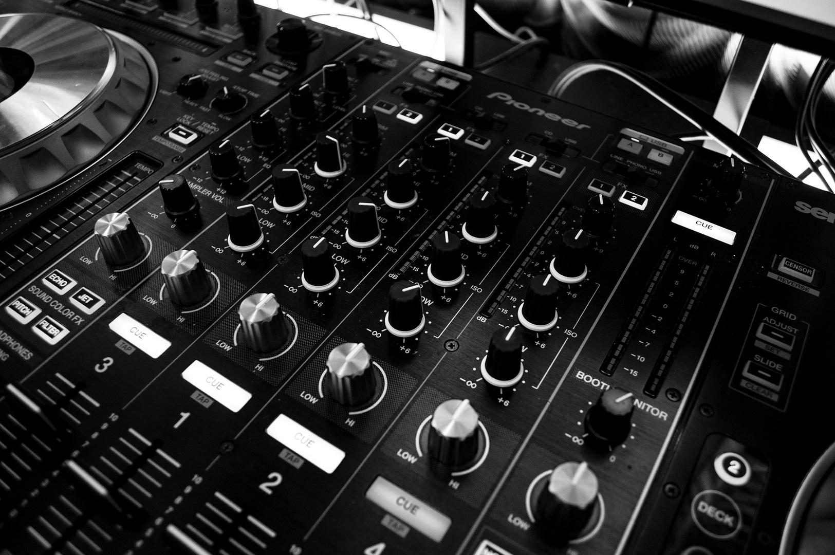 table-music-turntable-black-and-white-monochrome-dj-812188-pxhere.com